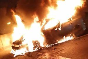 Ô tô Mazda 3 bốc cháy ngùn ngụt khi đang chạy ở đường trên cao Hà Nội