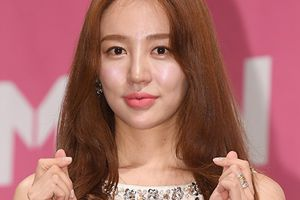 'Thái tử phi' Yoon Eun Hye lộ mặt cứng đờ, liên tiếp xin lỗi vì scandal đạo nhái từ 3 năm trước