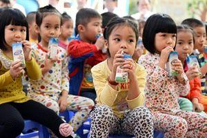 TP.HCM: Trẻ em lớp 1 trở xuống được uống sữa miễn phí?