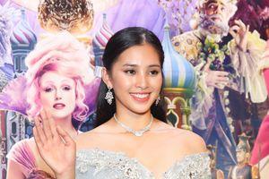 Tiểu Vy thay hai váy công chúa đi xem phim Disney
