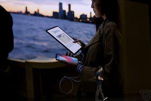 Đắt xắt ra miếng, iPad Pro mới có thể sạc pin cho cả iPhone