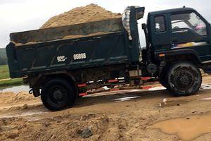 Quảng Nam: Bắt 'tại trận' xe cơ giới khai thác cát trái phép