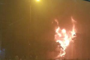 Gần 100 cảnh sát chiến đấu với 'bà Hỏa' trong quán bar bốc cháy kinh hoàng lúc rạng sáng