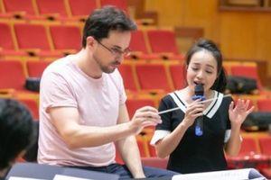 Ca sĩ Lan Anh tập nhạc với nhạc trưởng trẻ, đẹp như 'soái ca'