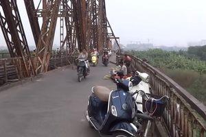 Cầu Long Biên hay là nơi họp chợ?!