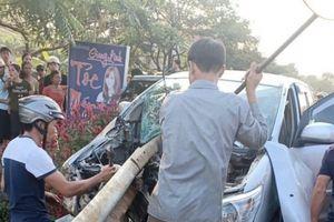 Xe Innova chở 9 người đâm xuyên hộ lan, dân phá cửa cứu người