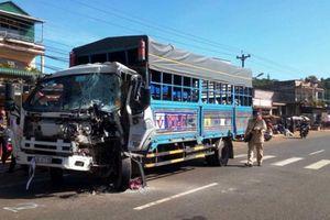 Xe khách 'đấu đầu' ôtô tải, tài xế bị thương trong cabin bẹp dúm