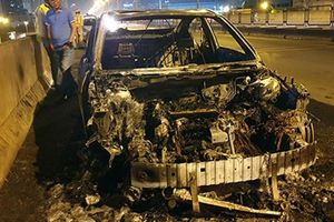 Ô tô Mazda 3 bốc cháy ngùn ngụt trên đường vành đai 3