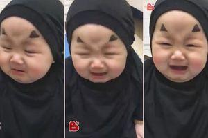 Clip: Em bé hóa trang thành con ma Vô Diện khóc nhè siêu đáng yêu