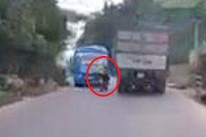 Clip: Xe máy lách qua khe hẹp giữa xe khách và xe tải như phim hành động