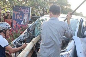 Xe Innova chở 7 người lớn, 2 trẻ nhỏ mất lái, tự đâm vào hộ lan bên đường