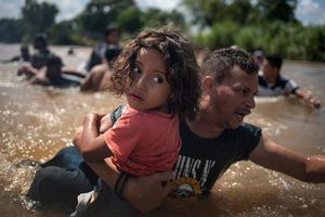 Những đứa trẻ trong đoàn người di cư Trung Mỹ làm lay động triệu trái tim trên thế giới