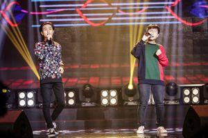 Ca sĩ 'Hongkong1' biểu diễn trên sân khấu chuyên nghiệp