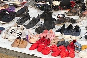 Giày, túi, ví nạn nhân máy bay Lion Air xếp thành hàng trên bến cảng