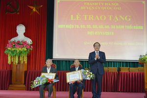 Quốc Oai: Trao Huy hiệu Đảng cho 98 đảng viên lão thành