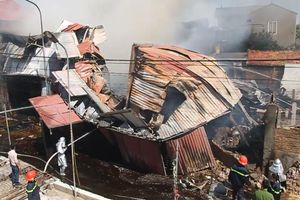 Clip: Xưởng gỗ bốc cháy ngùn ngụt ở Hà Nội