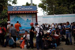 Ông Trump dọa thêm quân, hàng ngàn người di cư vẫn dồn tới