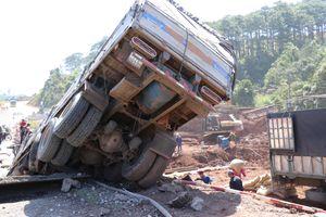 Đắk Nông: Xe tải chở cà phê tông sập cầu tạm trên đường Hồ Chí Minh