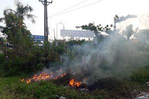 Đốt rác thải độc hại gần cổng bệnh viện