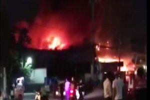 Trắng đêm cứu hỏa cửa hàng nệm, nội thất cháy, nổ 'như bom'