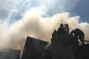 Xưởng gỗ bốc cháy ngùn ngụt lan sang nhà 2 tầng ở Hà Nội