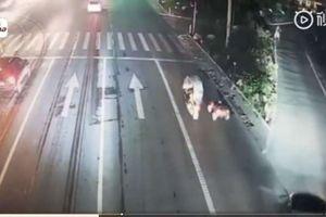 Tay đua nhí lái xe đồ chơi ra đường, bố mẹ ngồi xe máy theo 'hộ tống'