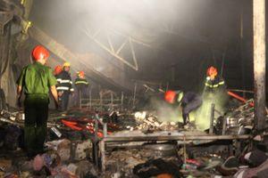 Cháy kho chứa hàng trong đêm, cảnh sát huy động hơn 100 chiến sĩ đến dập lửa