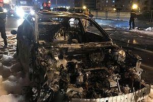 Hà Nội: Làm rõ nguyên nhân vụ xe Mazda 3 bất ngờ bốc cháy trên đường