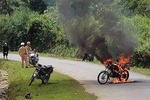 Người đàn ông đốt xe máy do không mang giấy tờ xe