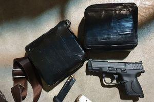 Thanh Hóa: Bắt 2 xe taxi vi phạm, thu giữ hơn 11kg ma túy và súng đạn