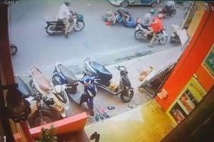 Phẫn nộ nam thanh niên đạp người phụ nữ đi xe máy lao đầu vào taxi