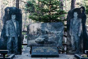 Bia mộ chạm khắc toàn thân to như người thật, nhà lầu xe hơi tại nghĩa trang mafia Nga