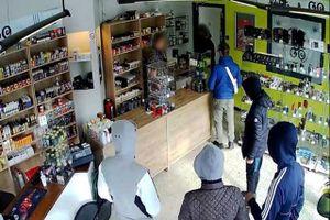 Băng cướp quay lại cửa hàng theo lời hẹn để lấy nhiều tiền hơn