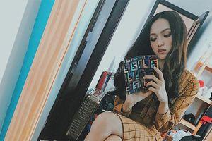 Dù tạo dáng giữa căn phòng tá lả váy áo, hoa hậu Hương Giang vẫn nổi hết sức nhờ món đồ bé xíu này!