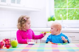 3 thời điểm mẹ cho bé ăn sữa chua tốt hơn uống nhân sâm thuốc bổ
