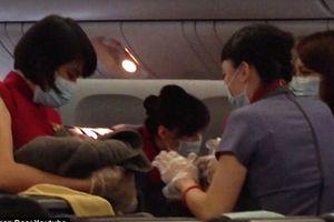 Đẻ chui trên máy bay, hóa trang là cô gái trẻ trung xinh đẹp để được sinh con trên đất Mỹ