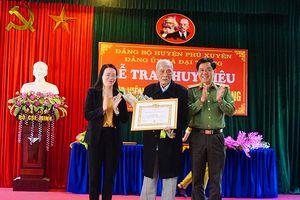 Gần 90 đảng viên ở huyện Phú Xuyên được vinh dự trao tặng Huy hiệu cao quý