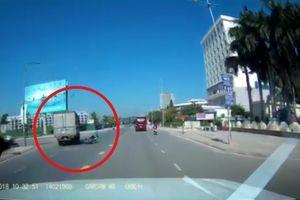 Tài xế xe tải đánh lái cứu mạng người phụ nữ