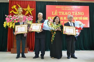 Phó Bí thư Thành ủy Nguyễn Thị Bích Ngọc trao Huy hiệu Đảng tại thị xã Sơn Tây