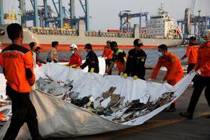 Phát hiện càng đáp, một phần thân máy bay Indonesia rơi xuống biển
