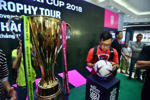 Cận cảnh Cúp vàng AFF Cup đã về tới Hà Nội