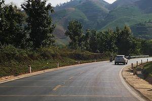 Gờ giảm tốc tại các khúc cua trên QL 6: Lái xe băn khoăn độ an toàn