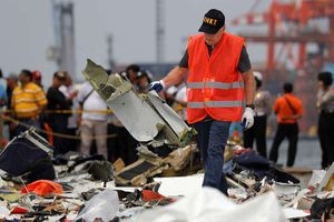 Máy bay Indonesia gặp trục trặc 1 ngày trước khi đâm thẳng xuống biển