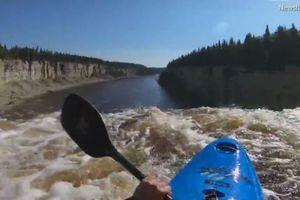 Thót tim cảnh chèo thuyền lao xuống từ thác nước cao hơn 30m