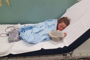 Bức ảnh em bé bị bắt nạt đến nhập viện gây xôn xao cộng đồng