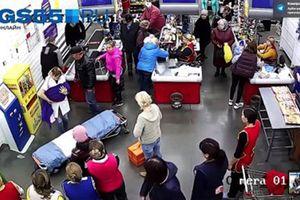 Mọi người vẫn mua sắm bình thường khi sản phụ đẻ rơi trong siêu thị