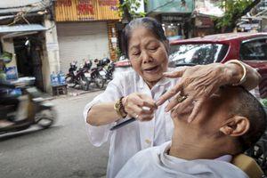 Chuyện về cụ bà 80 tuổi cắt tóc ở phố cổ