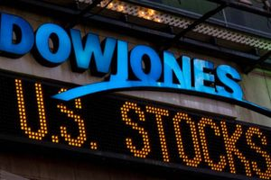Dow Jones tăng hơn 900 điểm nhờ 'sự nhẹ nhàng bất ngờ' của Trump