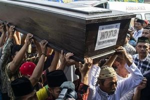 Đám tang của nạn nhân đầu tiên được xác định danh tính, trong vụ rơi máy bay ở Indonesia