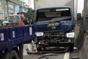 TP.HCM: 4 xe tải tông nhau liên hoàn, 2 người kêu cứu trong cabin
